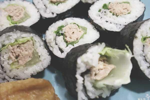 Maki sushi au thon mayonnaise et laitue